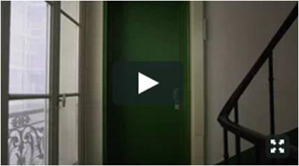 Qui vit derrière cette porte?